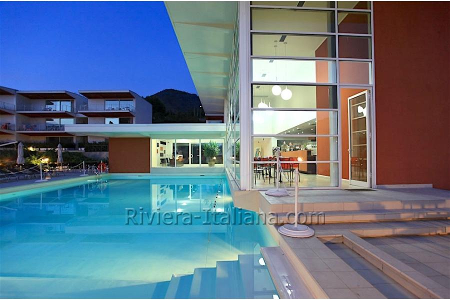 Appartamenti moderni in un residence con piscina a praia a for Appartamenti moderni